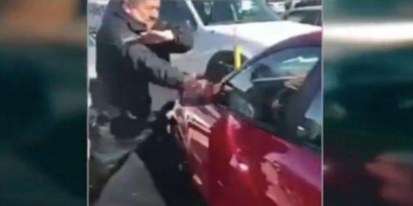 El policía rompió una de las ventanillas con un martillo