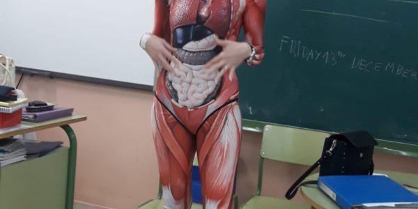 La maestra Verónica Duque sorprendió al dar clases con un traje de músculos para dar clase de anatomía